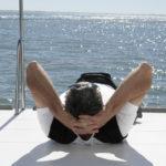 homme qui se relaxe sur un bateau