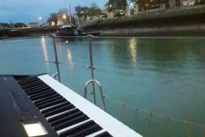pianiste en mer
