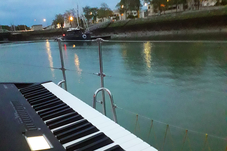 Un piano sur l'océan…
